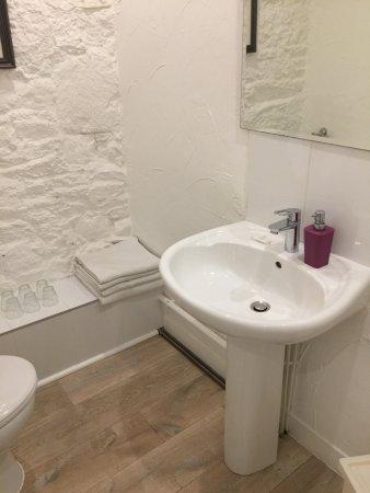 Saint Marcan, فرنسا: Family suite bathroom