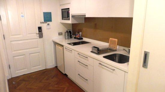 Phachara Suites: KüchenZeile