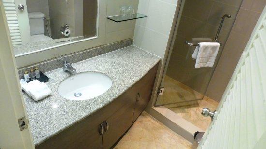 Phachara Suites: Executive Studio - Bad und Toilette - etwas klein