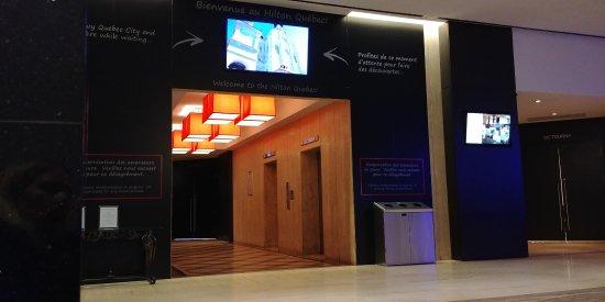 Hilton Quebec: lobby elevator area