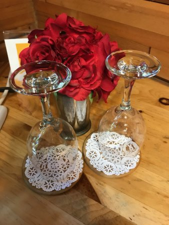 Huckleberry Lodge Cabins: Lovely roses and wine glasses