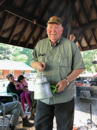Huckleberry Lodge Cabins: Bill with his Cowboy Coffee