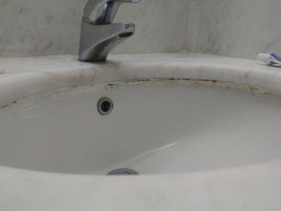 Minerva Premier Hotel: Dirty sink
