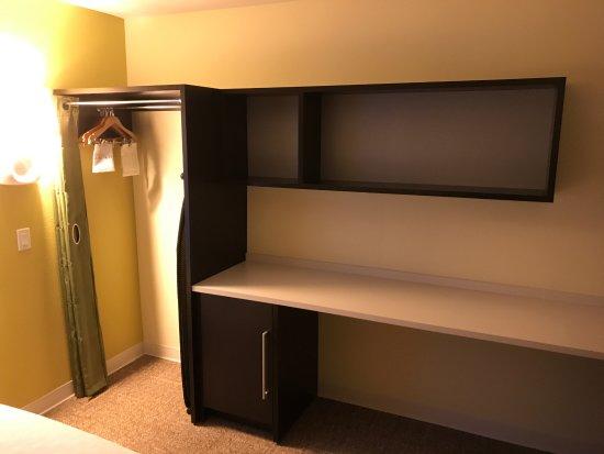 Home2 Suites By Hilton Iowa City Coralville: Closet And Storage