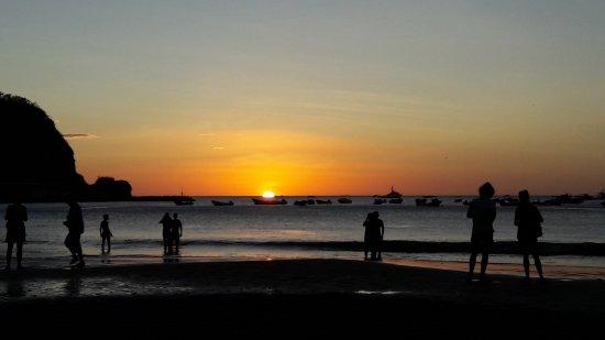 Puesta del sol en la bella playa de San Juan del Sur, Nicaragua