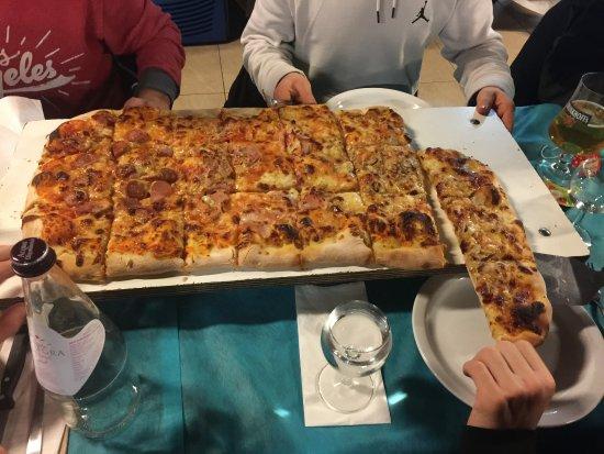 L'Angelo Azzurro : La pizza al metro ottima