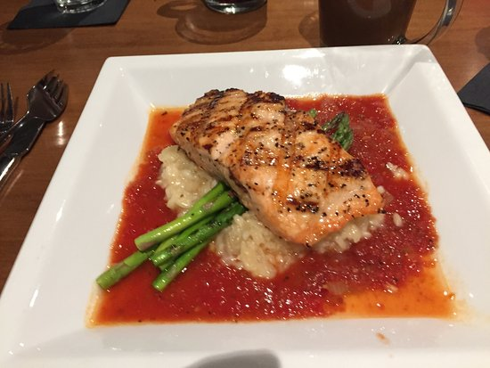 Bradley's Pub & Grille: Grilled salmon on risotto
