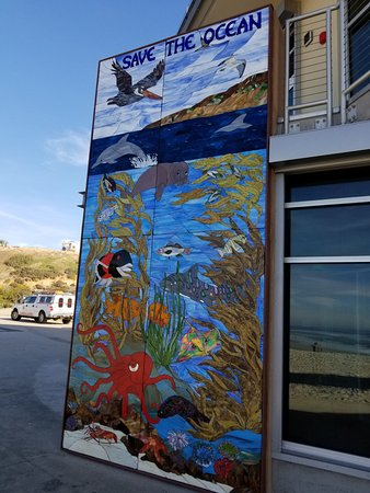 Moonlight Beach: Great mural highlighting the ocean - looks better with sun, sorry