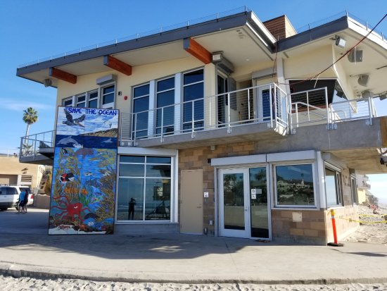 Moonlight State Beach : Closer-up view of lifeguard office with new mural on the left