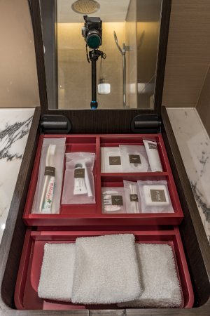 Swissotel The Stamford Singapore: Swiss Signature room. Bathroom amenities.