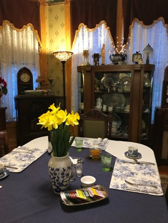 Geiger Victorian Bed & Breakfast : Fresh flowers and fresh fruit - with your personal breakfast.