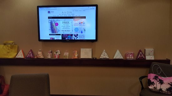 Hampton Inn & Suites Salem: AVON Party display of product & Free A/V & Wifi!