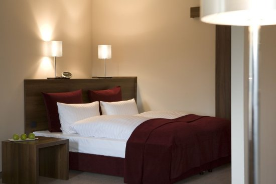 Liv 39 in residence by fleming 39 s frankfurt bleichstrasse for Media room guest bedroom