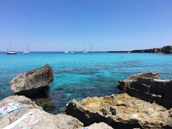 Cala Rossa: 水辺近く