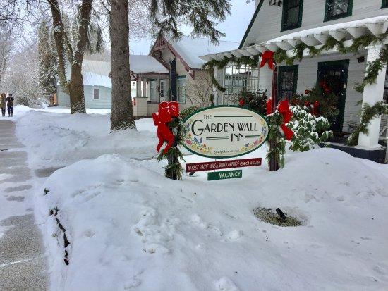 Garden Wall Inn: fresh snow in front of the Inn