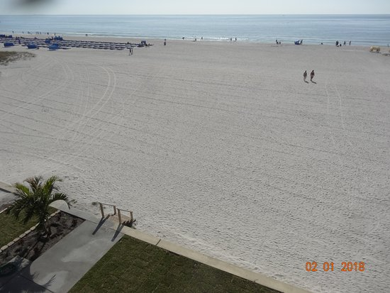 Coral Reef Resort: very large,clean and picturesque beach view from our balcony
