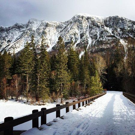 Garden Wall Inn: Rocky Mountain view from bridge over McDonald Creek