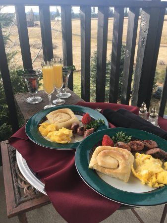 Tuscan Moose Manor, Bed and Breakfast : Tasty breakfast delivered to our room & enjoyed on the patio