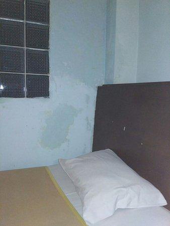d'Bugis Ocean Hotel: dinding berjamur dan lembab
