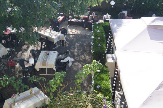 La terrasse ombragée, avec piste de pétanque - Bild von Cafe ...