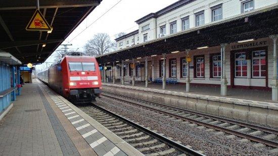 Ludwigslust, Tyskland: тот же вокзал, но с поездом