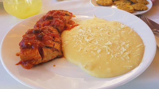 OcoaBay: Pescado con Salsa de Tomate y Puré de Yuca
