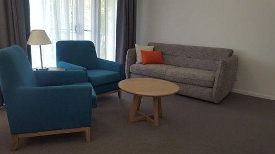 Ramada Resort Flynns Beach: Living Room