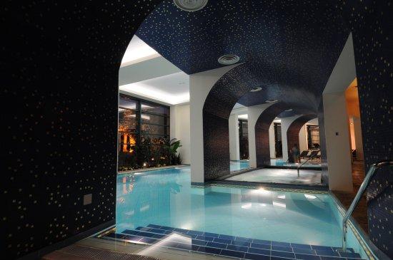 Loutraki, Greece: Η εσωτερική μας πισίνα λούζεται στο φως την ημέρα & παραδίδεται στον ήρεμο φωτισμό τη νύχτα.