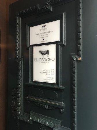 El Gaucho: Durch diese Tür in ein romantische Lokal eintreten