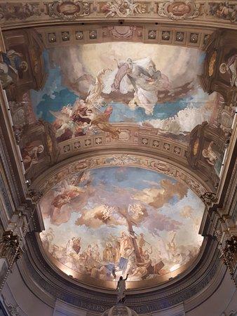 Busto Garolfo, Italy: L'interno della chiesa illuminato a festa