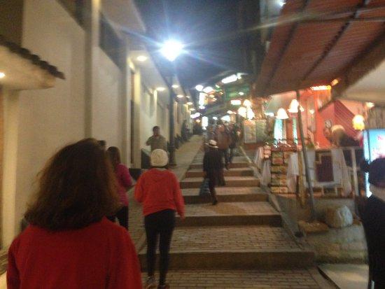 Hotel La Cabana Machu Picchu: Rua do hotel. Prepare-se para subida. Fica no final dela.