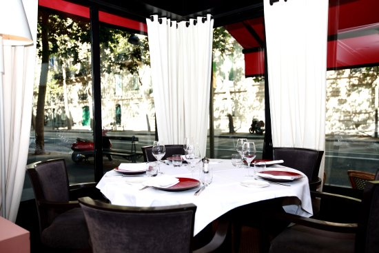 Table ronde vue sur le boulevard la tour maubourg for Table ronde chez but