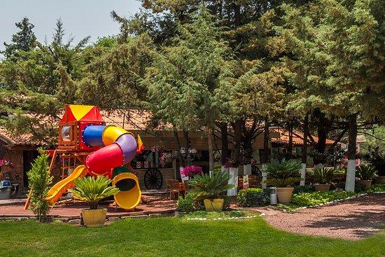 Jardín y área de juegos infantiles - Picture of La Cabana ...