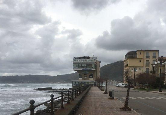 Mediterraneo: L'ardita costruzione sul mare che ospita il ristorante
