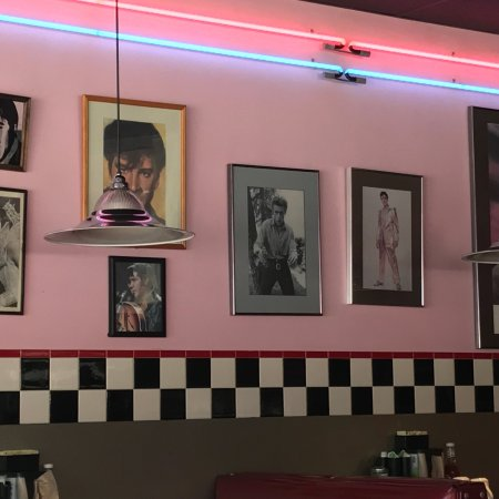 Legendz Diner: Nice looking place for old time look. Food is ok. Prices are reasonable.
