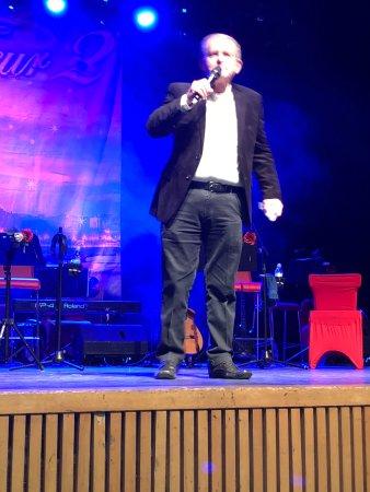 מר בני רייך סגן וממלא ראש העיר גבעתיים פותח את המופע