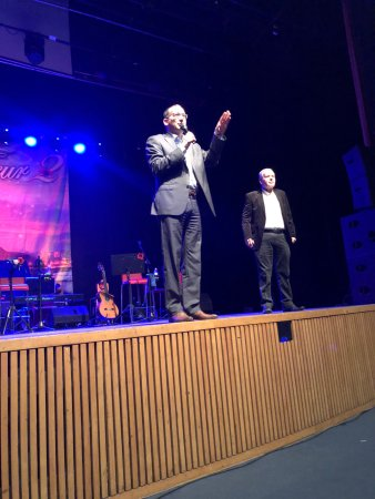 ראש עירית גבעתייםרן קוניק מברך את הקהל