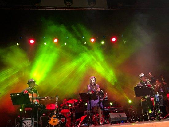 גבעתיים, ישראל: הלהקה על הבמה