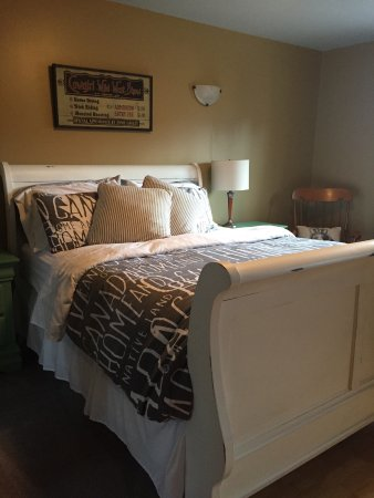 Money Pennies B&B: Western room with Queen sleigh bed