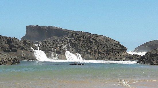 Vega Baja, Puerto Rico: El agua entra desde el fondo y por encima de las piedras. Recomendable no escalar las rocas