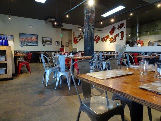 Lucky Pie Pizza: empty dining room