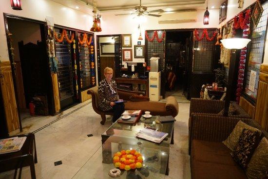 Megha Homestay: Dar having tea upon arrival.