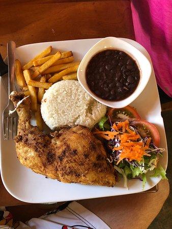 Playa Grande, كوستاريكا: Casado (rice and beans) con muslo (chicken thigh)