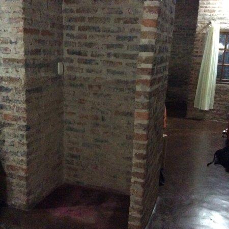 Jasy Hotel: Vieillot ,sombre et pas de mini bar comme indiqué. Vue sur mur...
