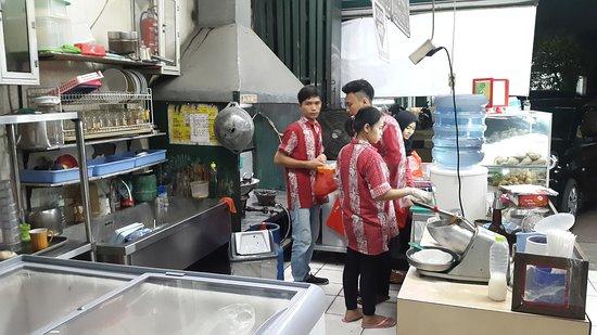 Pempek Sayangan Sibuk Memasak Di Dapur