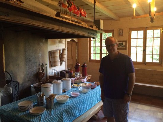 Adelboden: breakfast buffet with communal seating