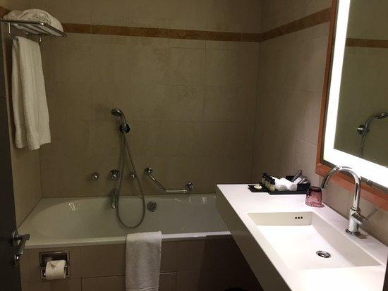 De badkamer met bad (douche is links) - Picture of Pullman Paris La ...