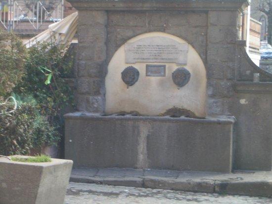 Nemi, Italia: fontana dei leoni