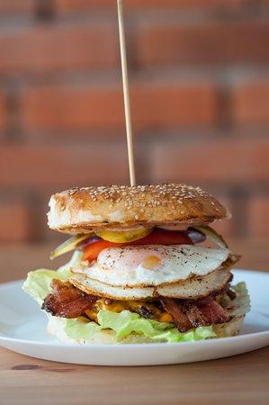 Ostrowiec Swietokrzyski, Polen: Burger z jajkiem
