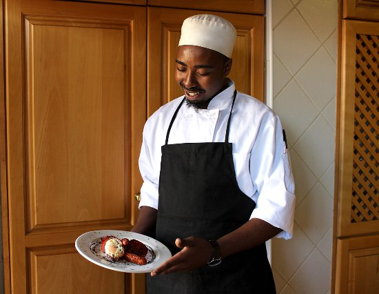Benoni, South Africa: Chef Rufus serving a hot breakfast
